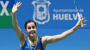 Carolina Marín saluda al público tras su victoria ante Sabrina...