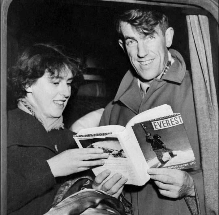 Edmund Hillary y su esposa muestran un libro sobre su hazaña