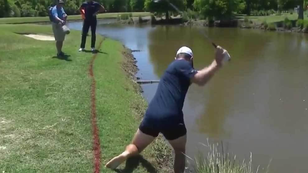 Justin Rose golpeando a la bola en calzoncillos en el TPC Louisiana