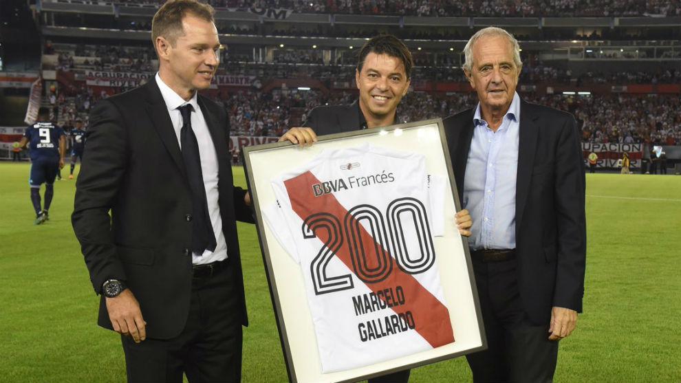 Gallardo recibe una camiseta con el dorsal 200.