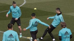 Varios jugadores del Real Madrid durante el entrenamiento