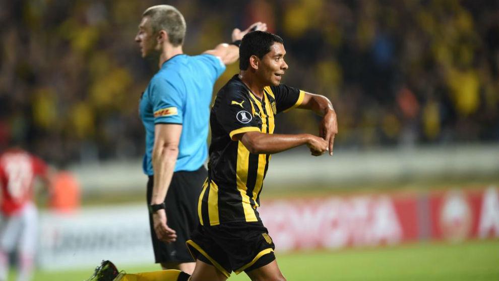Cristian Palacios celebra su gol con Peñarol.