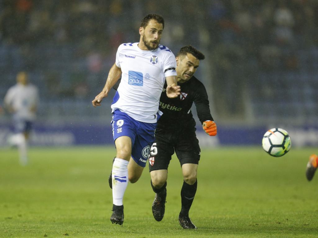 Malbasic supera a Soriano antes de marca al Sevilla Atco. / Santiago...