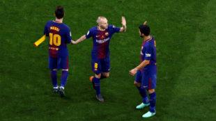 Iniesta saluda a Messi y Suárez antes de salir de la final de Copa.