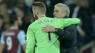 José Mourinho se abraza a David de Gea.