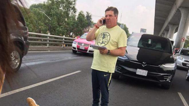 'Piojo' Herrera auxilia a motociclista en Periférico
