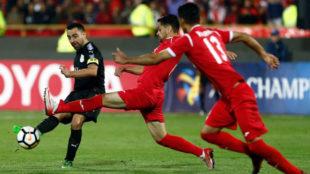 Xavi trata de pasar el balón ante el Persépolis en la Champions de...