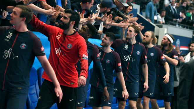 Los jugadores del PSG saludan a sus aficionados una vez conseguida su...