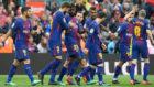 Los jugadores del Barcelona celebran un gol contra el Valencia.