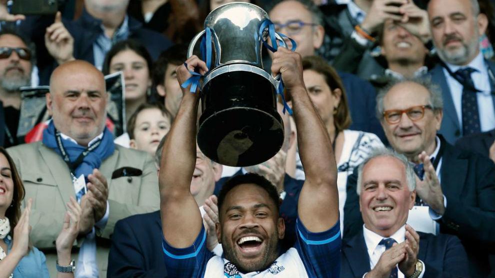 Kalo Gavidi, capitán del VRAC Quesos Entrepinares, alza la Copa.