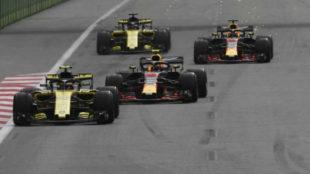 Imagen del pasadón de Sainz a Verstappen en las primeras vueltas de...