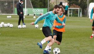 Nacho, con Modric, en la disputa por el balón en el entrenamiento de...