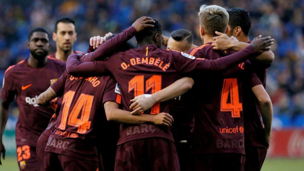 Los jugadores del Barcelona celebran el primer gol del partido.