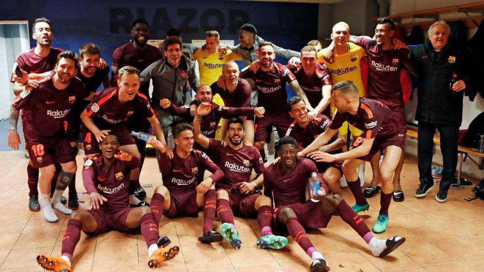 Los jugadores del Barcelona celebrando el título de Liga en el...