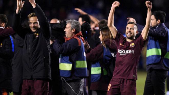 Rakitic y Jordi Alba celebran con los aficionados del  Barça el...