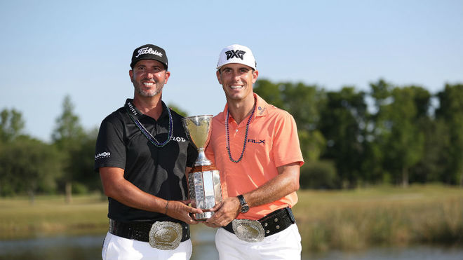 Billy Horschel y Scott Piercy, con el trofeo.