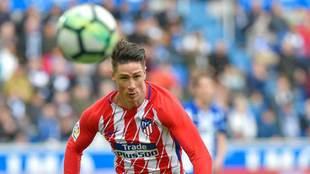 Torres corre a por el balón en el partido ante el Alavés.
