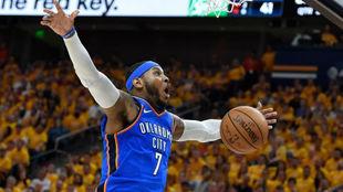 Carmelo Anthony disputando un partido de 'playoffs' con los...