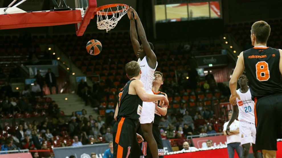 Usman Garuba machaca el aro durante un partido del Torneo ANGT de...