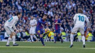 Messi toca la pelota en el último Clásico jugado en el Bernabéu.