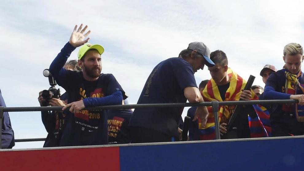 Messi saluda a la afición azulgrana durante la rúa de este lunes.