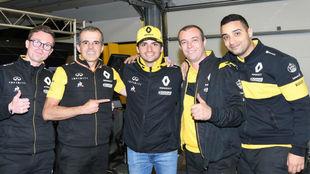 Sainz, con sus ingenieros y mecánicos al terminar la carrera de Bakú