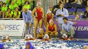 Las jugadoras españolas atienden las instrucciones del seleccionador,...