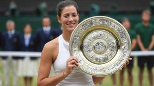 Garbiñe Muguruza posa con el trofeo de ganadora de Wimbledon 2017.