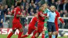 Los jugadores del Bayern protestan a Çakir.