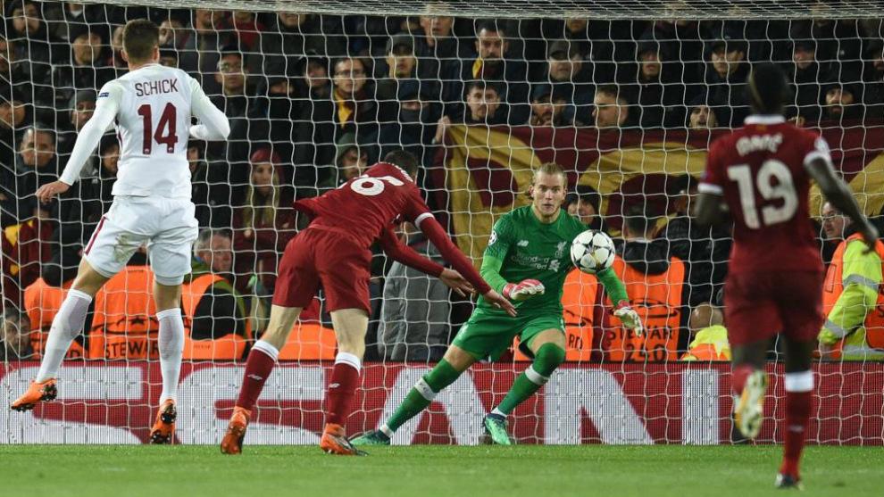 El portero del Liverpool Loris Karius para un tiro del jugador del...