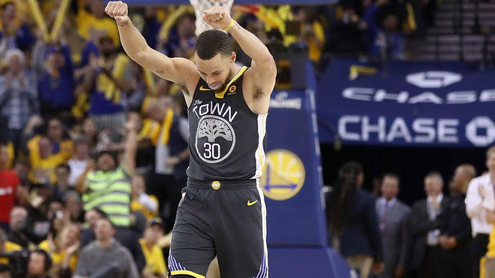 Stephen Curry celebra una canasta ante los Pelicans