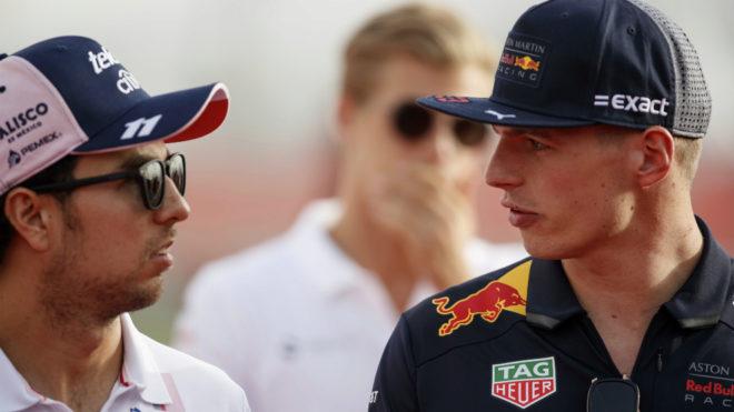 Checo Pérez habla con Max Verstappen.