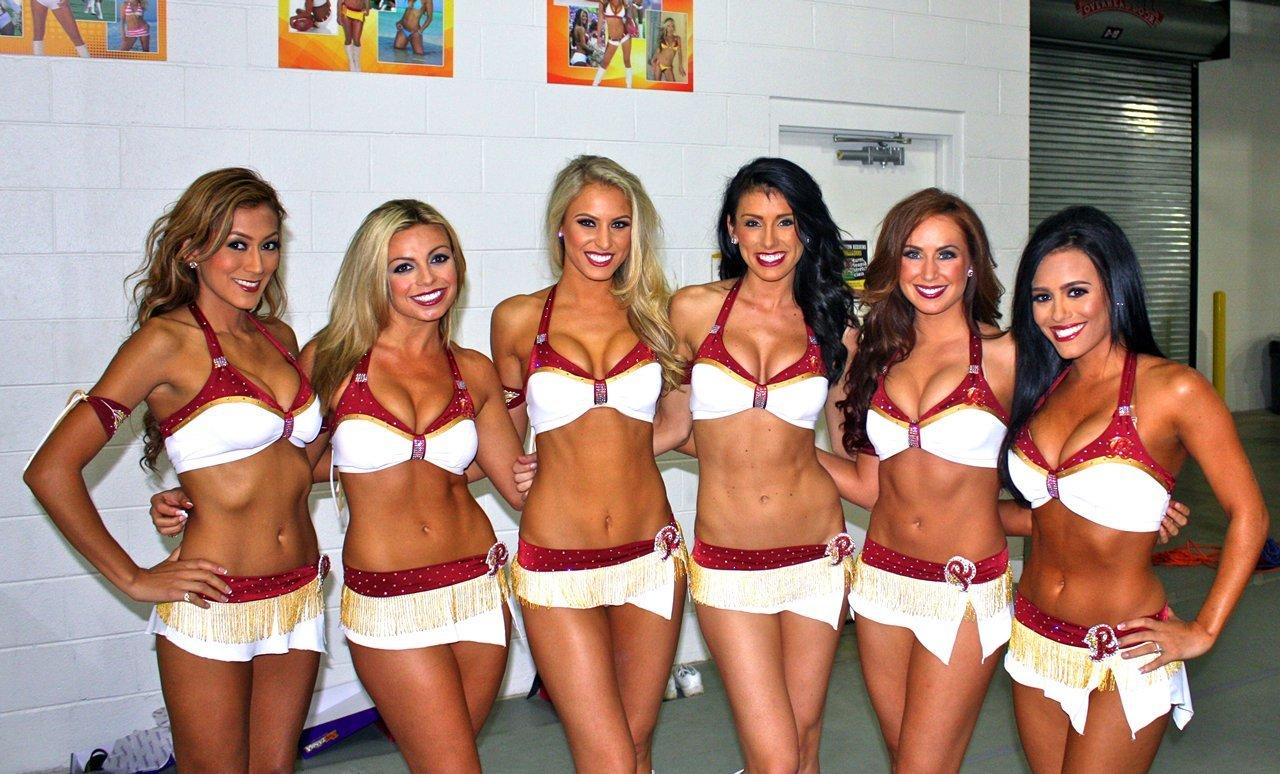 Cheerleaders de los Washington Redskins tras una sesión de fotos en...