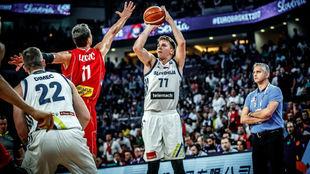 Luka Doncic lanza a canasta en la final del EuroBasket ante la mirada...