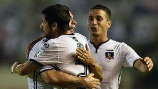 Los jugadores de Colo Colo celebran un gol.