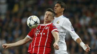 Varane pugna con Lewandowski durante el reciente Madrid-Bayern.