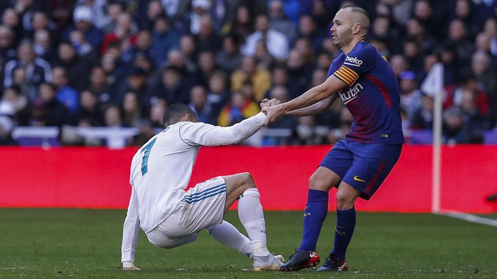 Iniesta levanta a Cristiano en el último Clásico