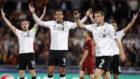 Jugadores del Liverpool protestan durante el partido de Roma.