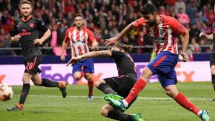 Costa remata a gol en la acción del 1-0.