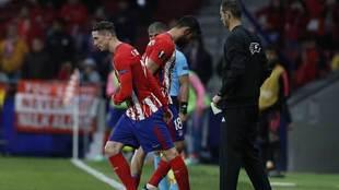 Torres entra al césped en lugar de Diego Costa.