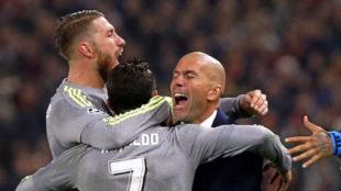 Ramos y Cristiano abrazan a Zidane en Roma