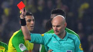 Tony Chapron muestra la roja a Diego Carlos en el Nantes-PSG de enero