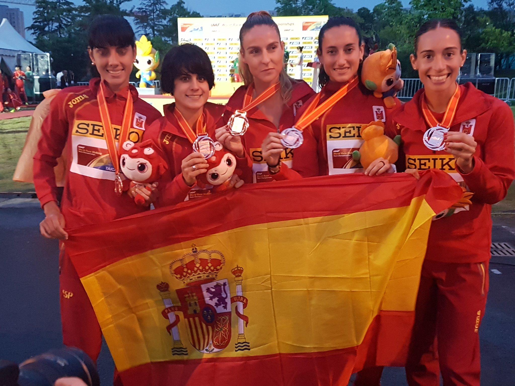 El equipo femenino, con la medalla de bronce
