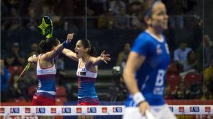 Las gemelas Alayeto celebran la victoria en las semifinales