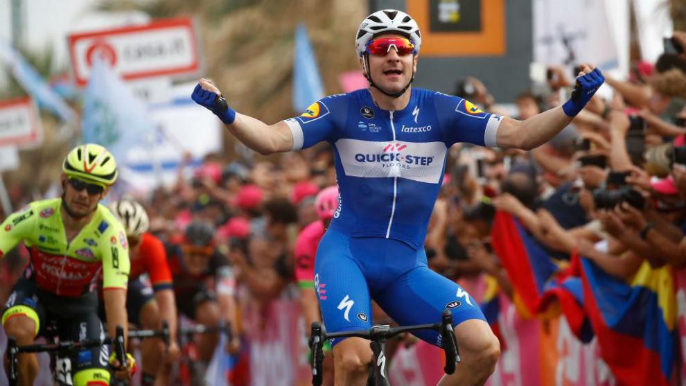 Viviani celebrando su triunfo de etapa en Tel Aviv.