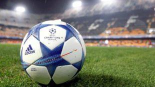 El balón de la Champions League sobre el césped de Mestalla.