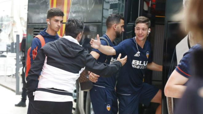 Los jugadores  subiendo al bus ya clasificados para la Champions.