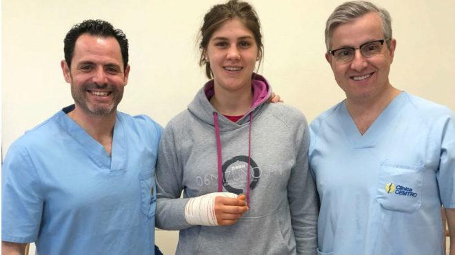La jugadora argentina del Bera Bera, Elke Karsten, con los doctores...