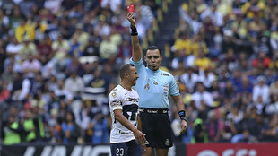 El Chelo recibe la tarjeta roja