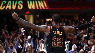 LeBron celebra su canasta ganadora con la afición de los Cavaliers
